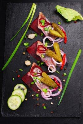 Fototapete Hering Vorspeise mit Rüben und Essiggurke auf schwarzem Schieferbrett