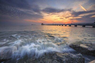 Fototapete Herrlicher Sonnenuntergang über dem Meer und eine Anlegestelle im tropischen Paradies