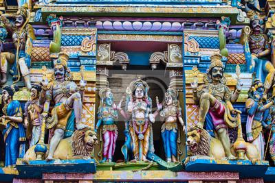 Hindu-Gottheiten an der Fassade des Tempels und Kulturdenkmäler