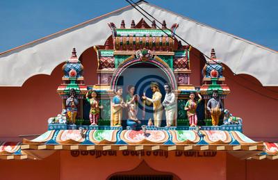 Hindu-Hochzeit statt mit verschiedenen Statuen, Fassade und Eingang