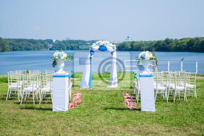 Hochzeitsbogen Fur Hochzeitszeremonie In Der Nahe Von Fluss