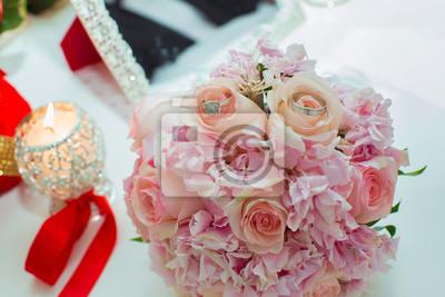 Hochzeitsstrauss Von Rosa Rosen Und Eheringe Auf Einem Holztisch