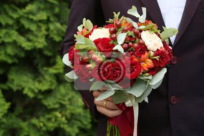Hochzeitsstrauss Von Roten Rosen In Der Hand Des Brautigams Auf