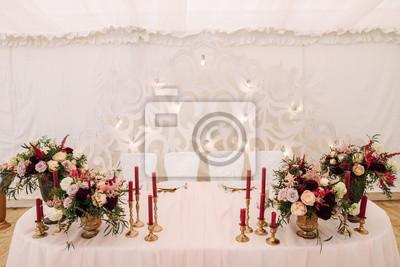 Hochzeitstisch Mit Kerzen Und Blumen In Burgunder Farbe In