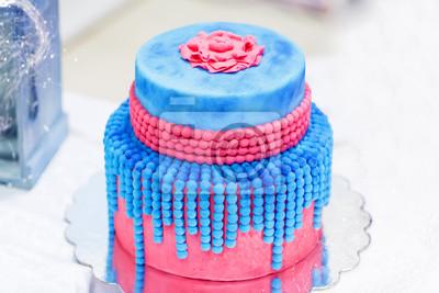 Hochzeitstorte In Blau Und Rot Oder Rosa Mit Eleganten Perlen