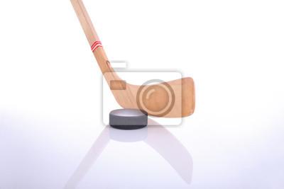 Hockeyschläger und Puck auf reflektierende Oberfläche