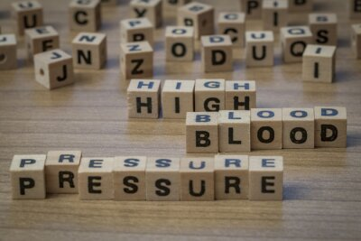 Hoher Blutdruck in Holzwürfeln geschrieben