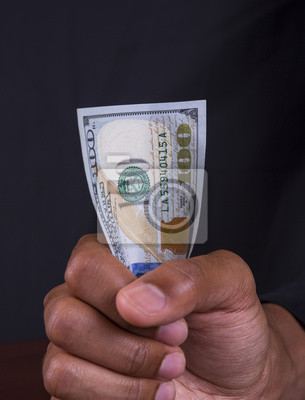 Holding 100 Dollarschein