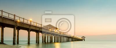 Holz Steg am Strand und tropischen Meer.