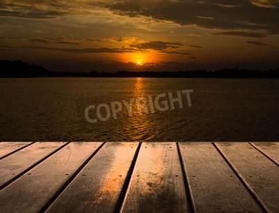 Fototapete Hölzerne Plattform neben See mit Sonnenuntergang
