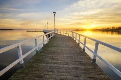 Fototapete Hölzernen, weißen Pier an der Bucht bei Sonnenuntergang