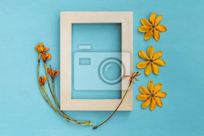 Holzerner Bilderrahmen Verzieren Mit Gelber Blume Auf Blauem