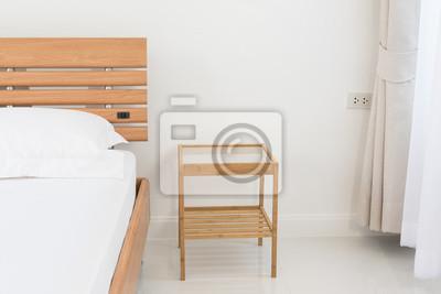 Fototapete: Hölzernes bett beistelltisch verziert im modernen mit  schlafzimmer