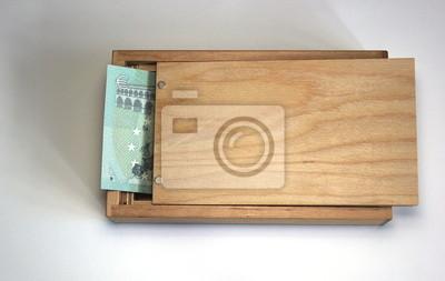Holzkiste mit europäischen Banknote