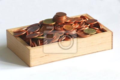 Holzkiste mit europäischen Münzen
