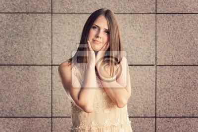 hübsche junge Frau mit verträumten Ausdruck