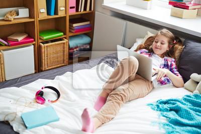 Hubsche Schulmadchen Auf Ihrem Bett Liegen Laptop Halten Und