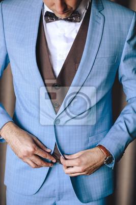Hubscher Stilvoller Mann Oder Brautigam Knopft Blauen Hochzeitsanzug