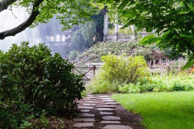 Fototapete Hübscher Weg im schönen Sommergarten