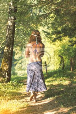 Hübsches freies Hippiemädchen. Frieden. Body Painting - Vintage-Effekt Fotoeffekt