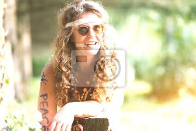 Hübsches freies Hippiemädchen. Frieden. Körperbemalung. - Vintage Fotoeffekt