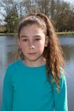 Hübsches Mädchen Das 10 Jahre Der Nähe Des Flusses Fototapete