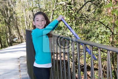 Hübsches Mädchen Das 10 Jahre Spielen Hula Hoops In Den Park