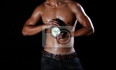Hunky asian ein junger Mann mit einem Wecker