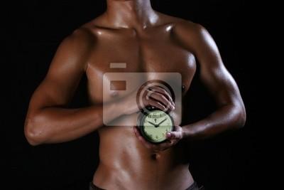 Hunky asian ein Mann mit einer Uhr in seinen Händen