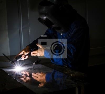 Industrielle Schweißer Schweißen auf Stahl in der Fabrik