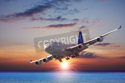 Fototapete Jet-Liner über das Meer in der Abenddämmerung
