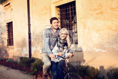 Jugendliche in der Liebe Radfahren