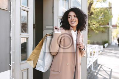 Fototapete Junge African American Mädchen mit dunklen lockigen Haaren in  der Nähe der Tür. Hübsche 8607cb1734