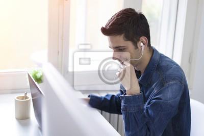 Junge Arbeit Mit Ihrem Computer Zu Hause Oder Im Buro Mann