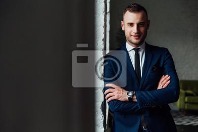 Junge Attraktive Und Selbstbewusste Geschäftsmann In Blauen Anzug