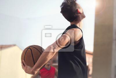 Junge Basketballspieler bereit, mit seinen Straßenfreunden zu spielen