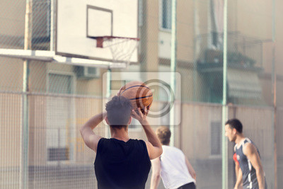 Junge Basketballspieler bereit zu schießen
