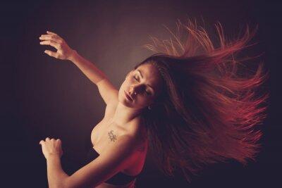 Fototapete Junge caucasian Frau tanzen und ihr Haar durch die Luft strömt,