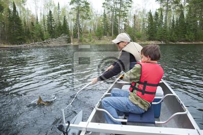 Junge Fischer fängt einen Zander