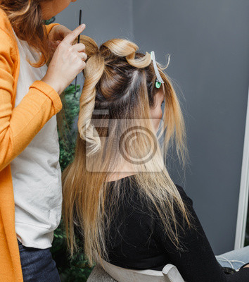 Fototapete Junge Frau Friseur Tun Frisur Zu Blonde Madchen Im Salon