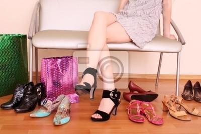 Junge Frau versucht, auf neue Schuhe in einem Geschäft.