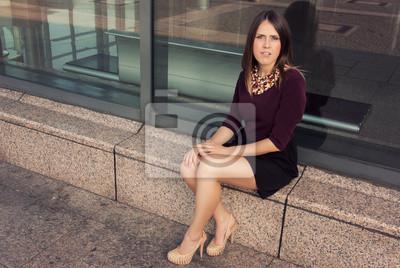 junge hübsche Frau sitzt