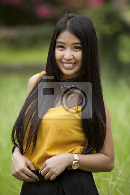 Junge lange Haare Asia Frauen Aktion in einem Park.