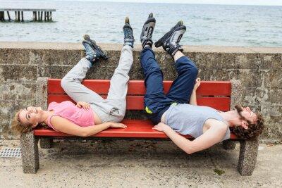 Fototapete Junge Leute Freunde Entspannung auf Bank.