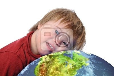 Junge mit Down-Syndrom und Erde