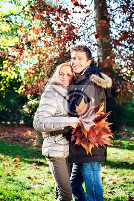 junge Paar in der Herbst-Park
