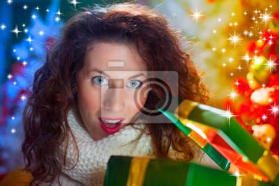 junge rothaarige glücklich lächelnde verträumte Mädchen mit Geschenk