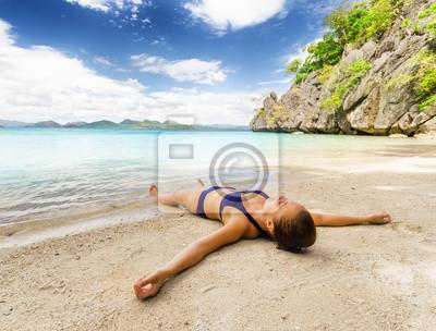 Fototapete Junge schöne Frau ist auf Sand Entspannung am Meer