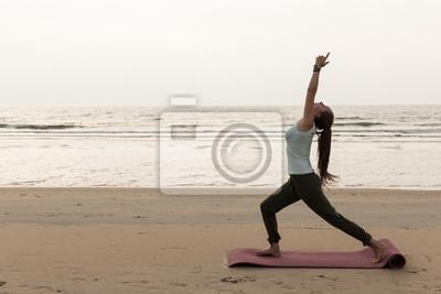 Retro Kühlschrank Yoga : Junge sportliche frau am strand mit verschiedenen posen yoga