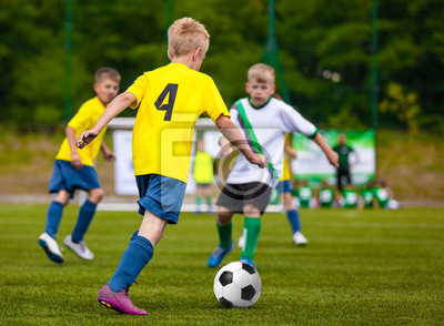 Jungen Die Fussball Fussball Treten Kinder Fussball